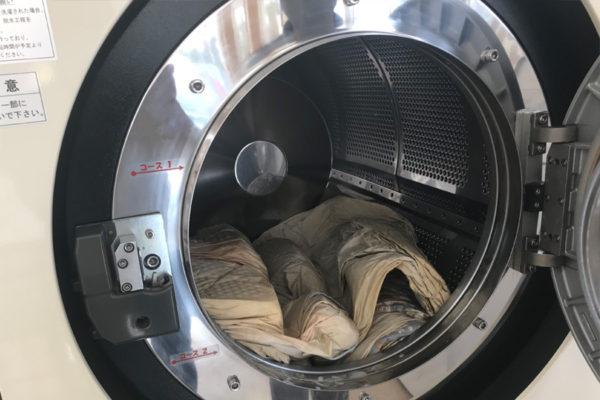 羽根布団をコインランドリーの洗濯機に入れたらぺっちゃんこ