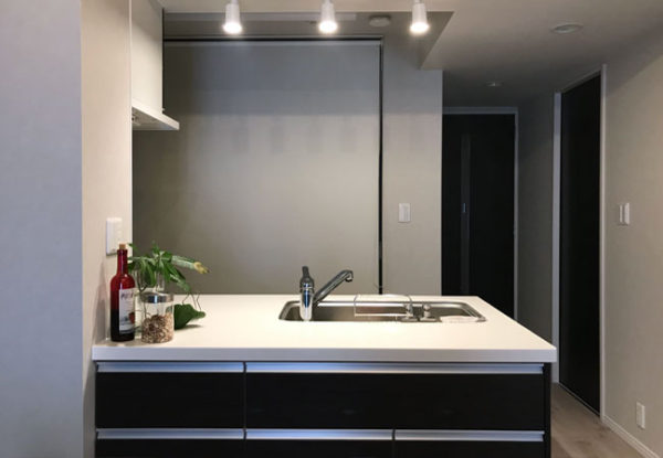 冷蔵庫とパントリーをロールスクリーンで仕切る