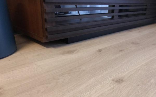 オークの白い床はダーク木目と相性が良い