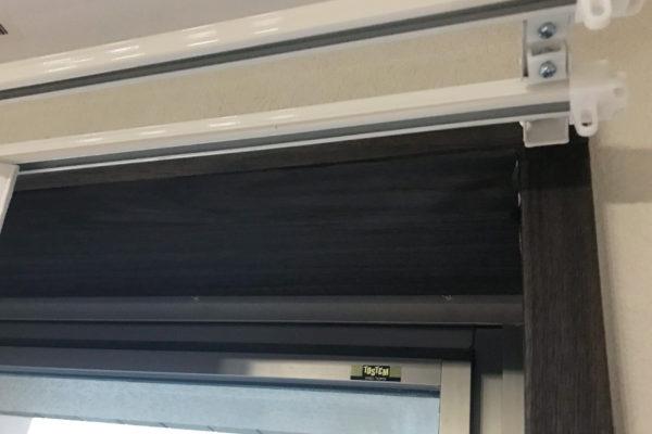 窓枠DIY後にカーテンレールを取り付け